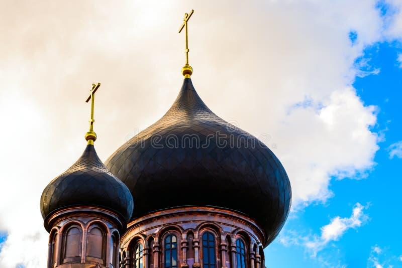 Kupol med ett guld- kors överst av byggnaden av det ortodoxa kapellet Kupolen av kyrkan kristet kors royaltyfria bilder