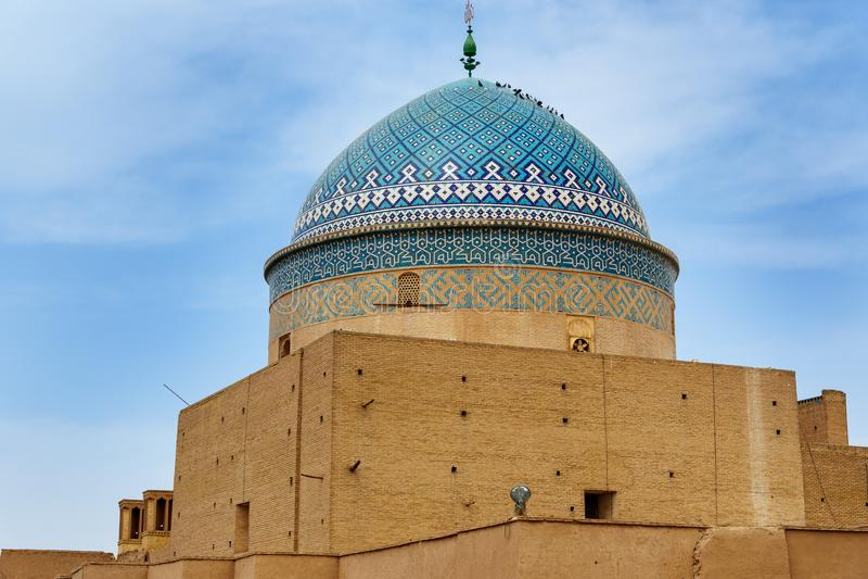 Kupol med fåglar av mausoleet för Seyed Rokn-al buller i Yazd iran arkivbild