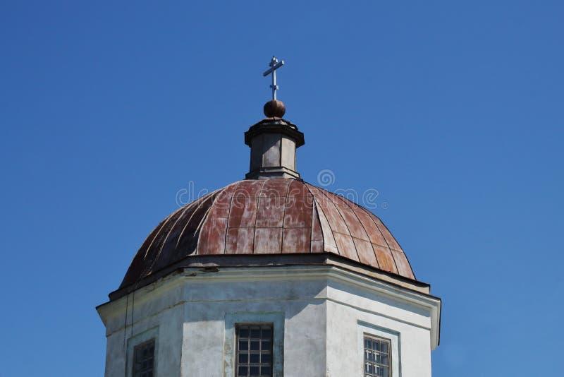 Kupol med korset av den ortodoxa kyrkan av det 19th ?rhundradet p? bakgrund av klar bl? himmel Tro för symbolisk begrepps—, rel royaltyfri foto