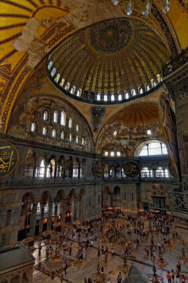 Kupol och folkmassor i Hagia Sophia, Istanbul, Turkiet royaltyfria foton