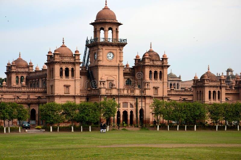Kupol och huvudbyggnad av det Islamia högskolauniversitetet med studenter Peshawar Pakistan arkivbilder