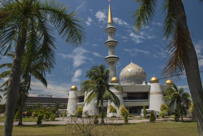 Kupol och minaret av Sabah State Mosque i Kota Kinabalu arkivfoton