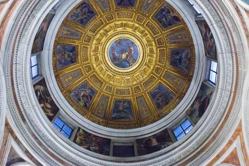 Kupol vid Raphael i det Chigi kapellet i basilika av Santa Maria arkivfoto