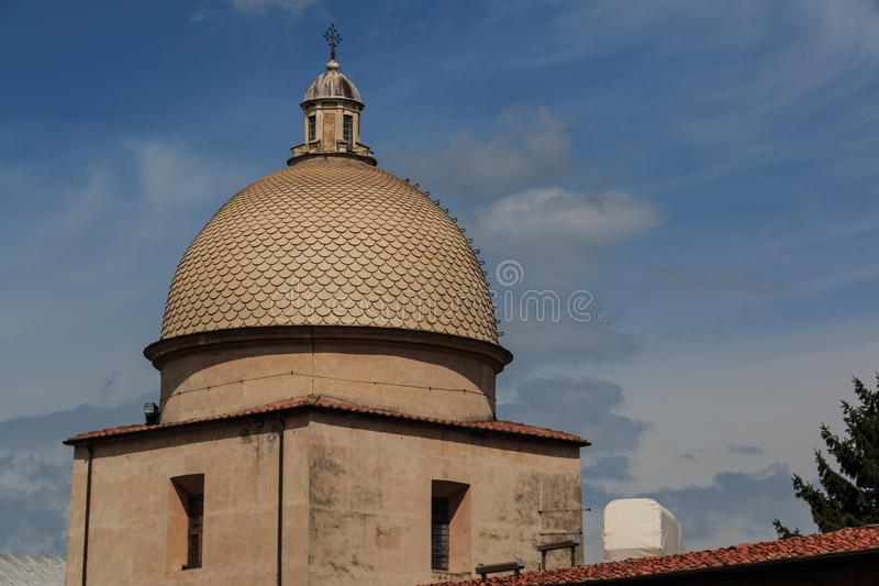 Kupolen av Camposantoen Monumentale i piazzadeien Miracoli, Pisa, Tuscany, Italien royaltyfri bild