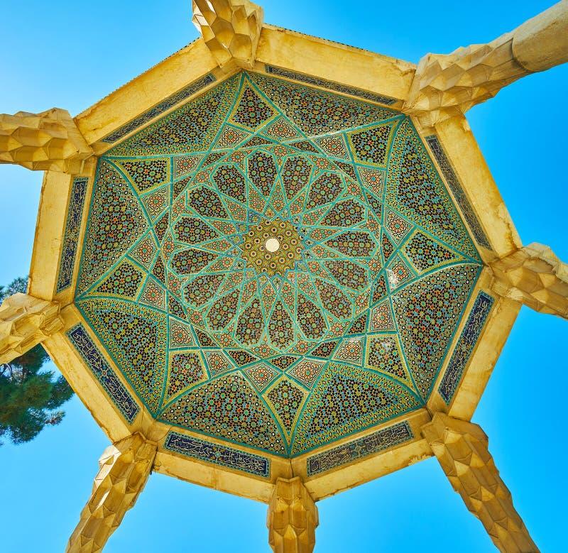 Kupolen av den Hafez Tomb paviljongen, Shiraz, Iran royaltyfria foton