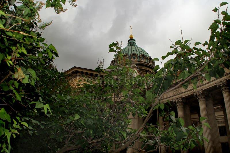 Kupolen av den Kazan domkyrkan bak sidorna av lilan royaltyfria bilder