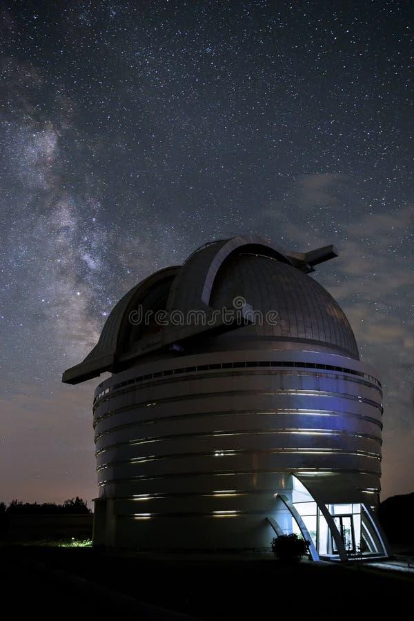 Kupolen av ettgjort teleskop med en spegeldiameter av 2 mete royaltyfria bilder