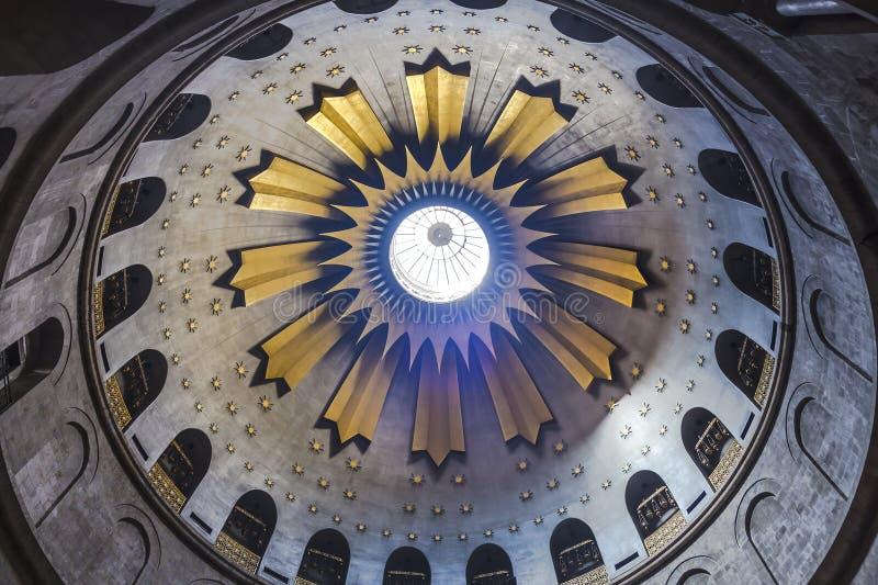 Kupolen av rotundan precis ovanför Ediculen på kyrkan av den heliga griften i den gamla staden av Jerusalem royaltyfria foton