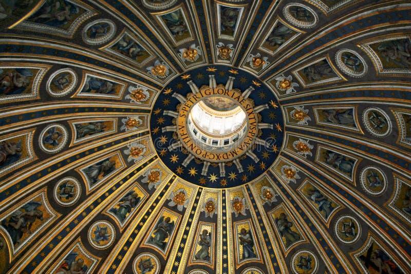 Kupolen av St Peter i basilikan royaltyfri bild