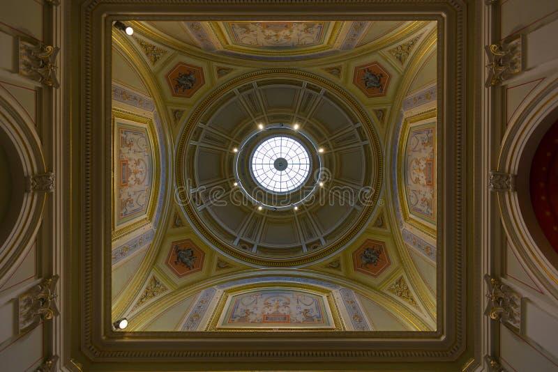 Kupolen av universitetet av Vienna's huvudbyggnad, kallade Universitaet Wien, offentligt universitet i Wien, Österrike royaltyfria foton