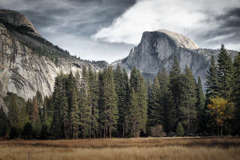 Kupolen på Yosemite parkerar royaltyfria bilder