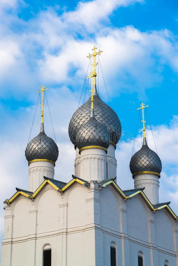 kupoler av antagandedomkyrkan av Kreml i Rostov Veliky, Ryssland royaltyfri fotografi