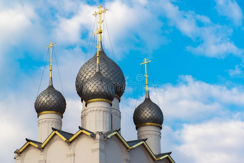 kupoler av antagandedomkyrkan av Kreml i Rostov Veliky, Ryssland arkivbild