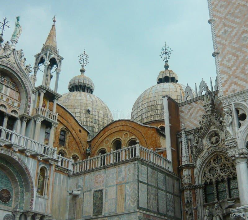 Kupoler av basilikan för St Mark ` s bredvid dogeslotten Venedig Italien arkivfoto