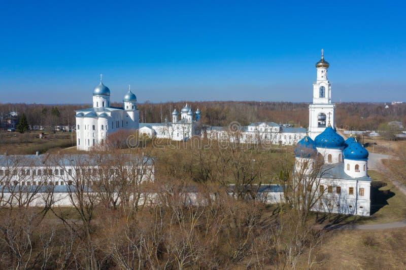 Kupoler av den berömda St George kloster i den Novgorod regionen, Ryssland En av de äldsta ortodoxa kristna kyrkorna arkivfoton