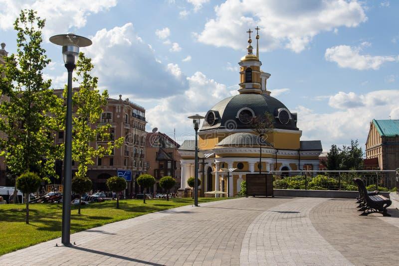 Kupoler av den forntida kyrkan på gatan av Kyiv på en solig dag ukraine arkivfoto