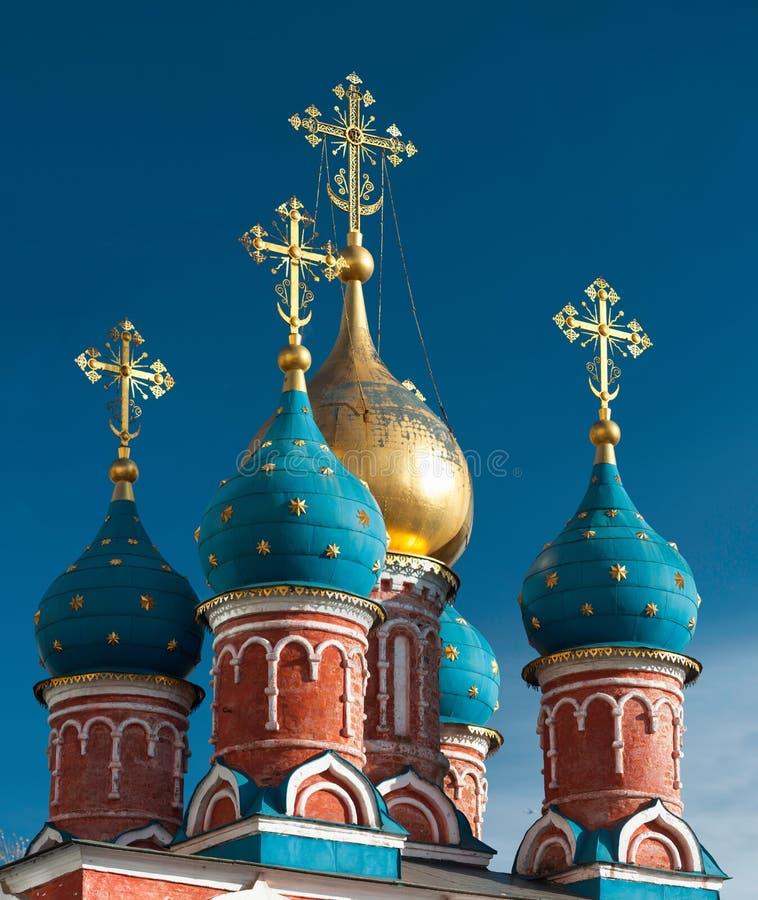 Kupoler av den ortodoxa kyrkan i Moskva mot den blåa himlen royaltyfri foto
