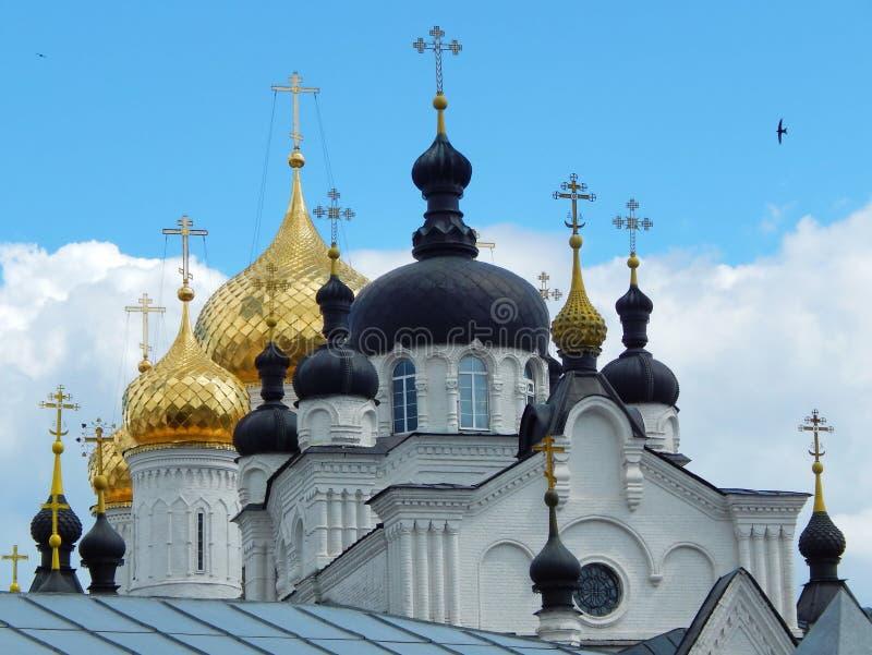 Kupoler av den Theophany (Bogoyavlensky) kloster (det 16th århundradet) i Kostroma i Ryssland arkivfoto