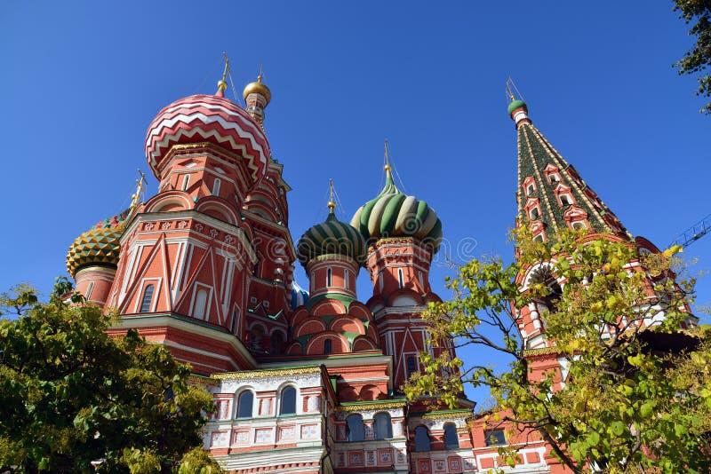 Kupoler av domkyrkan för St-basilika` s i Moskva, Ryssland Botten beskådar arkivbilder