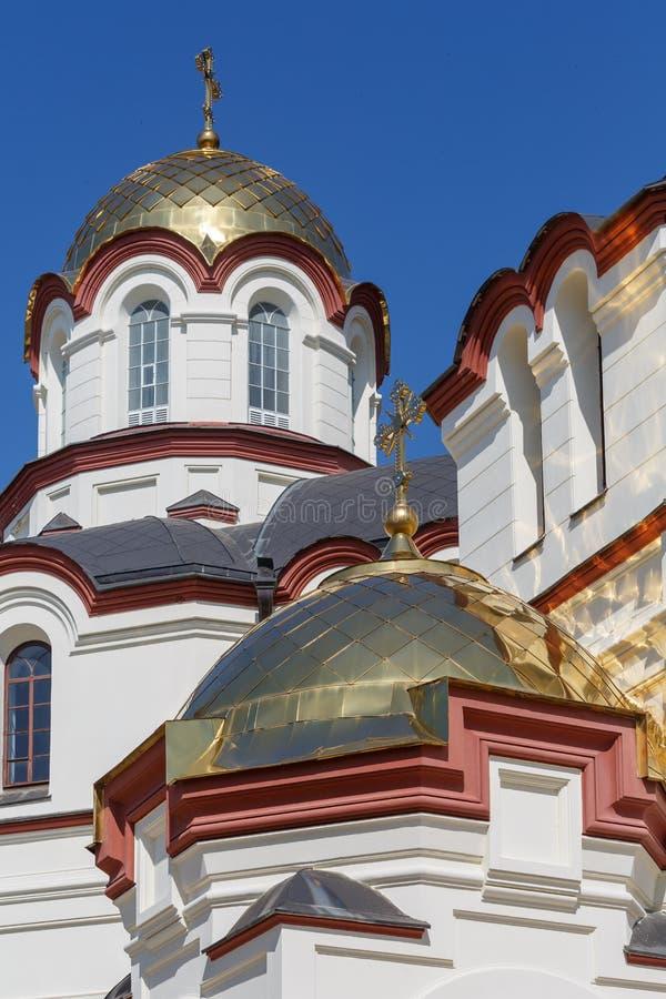 Kupoler av kloster av St Simon canaaniten på en solig sommardag fotografering för bildbyråer