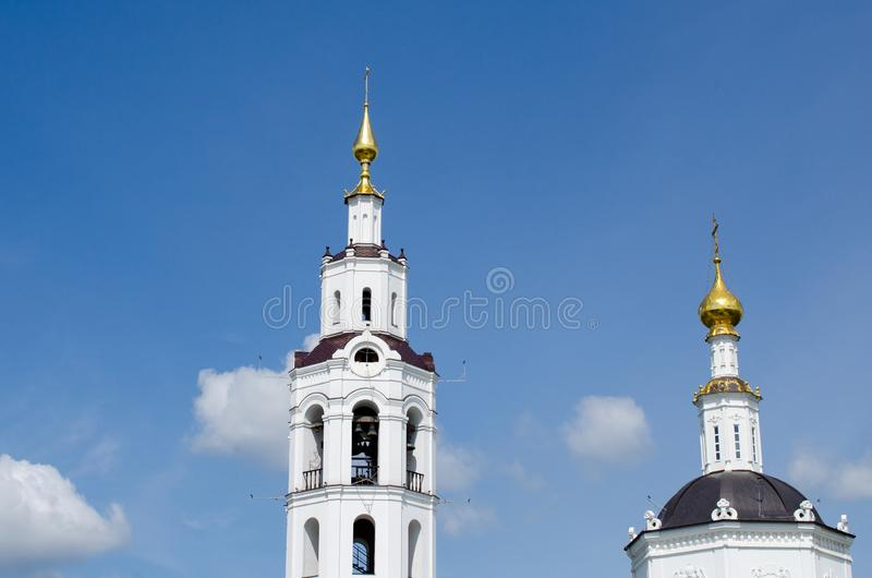 Kupoler av kyrkan med kors mot himlen royaltyfria foton
