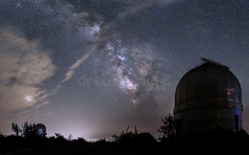 Kupoler av små teleskop i en observatorium i bakgrunden av royaltyfri foto