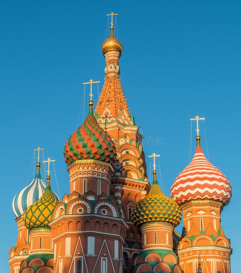 Kupoler av St-basilikas domkyrka på röd fyrkant arkivbild