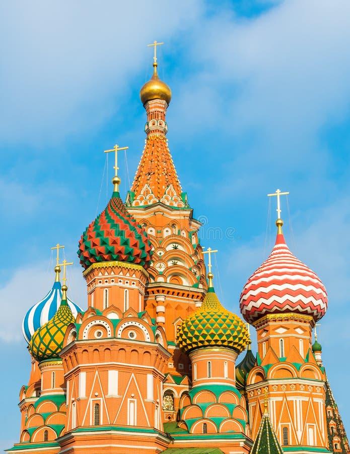 Kupoler av St-basilikas domkyrka på röd fyrkant arkivfoton