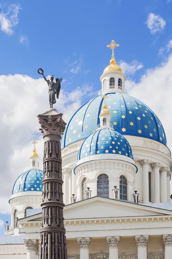 Kupoler av Treenighetdomkyrkan och kolonnen av härlighet, St Petersburg arkivfoto