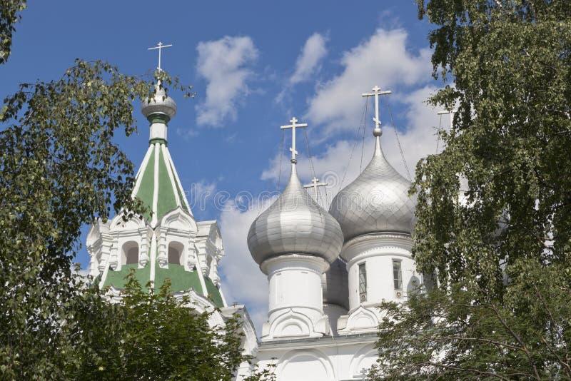 Kupoler av Tsarekonstantinovskyen kyrktar i staden av Vologda royaltyfri bild