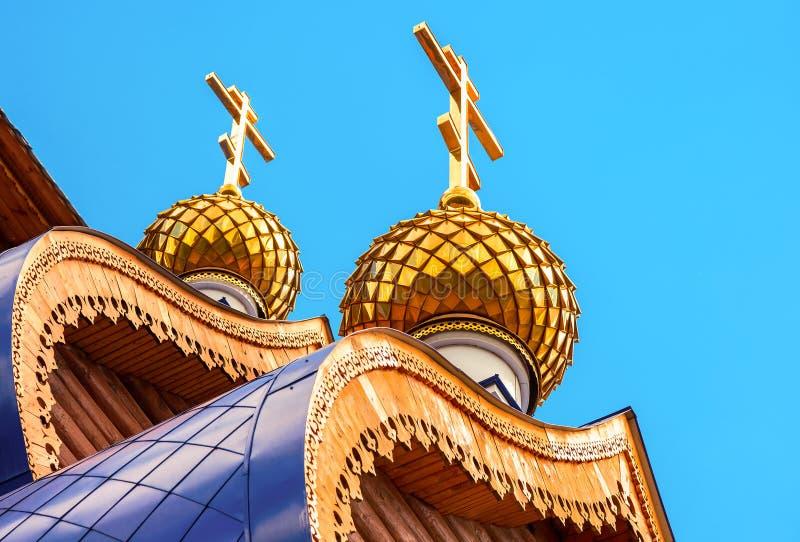Kupoler med kors på träortodox kyrka royaltyfri foto