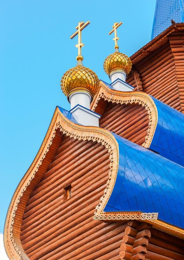 Kupoler med kors på träortodox kyrka royaltyfri fotografi