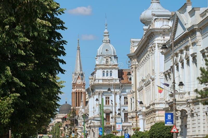 kupoler och klockatorn av universitetet Aurel Vlaicu och staden Hall Palace längs revolutionaveny av Arad royaltyfria foton
