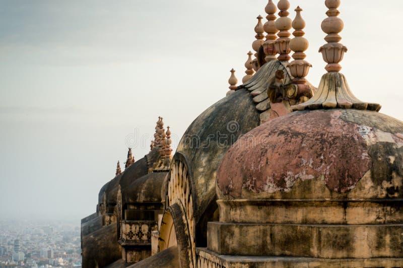 Kupoler och tornspiror av en hinduisk tempel med den jaipur staden som är synlig i t royaltyfria foton