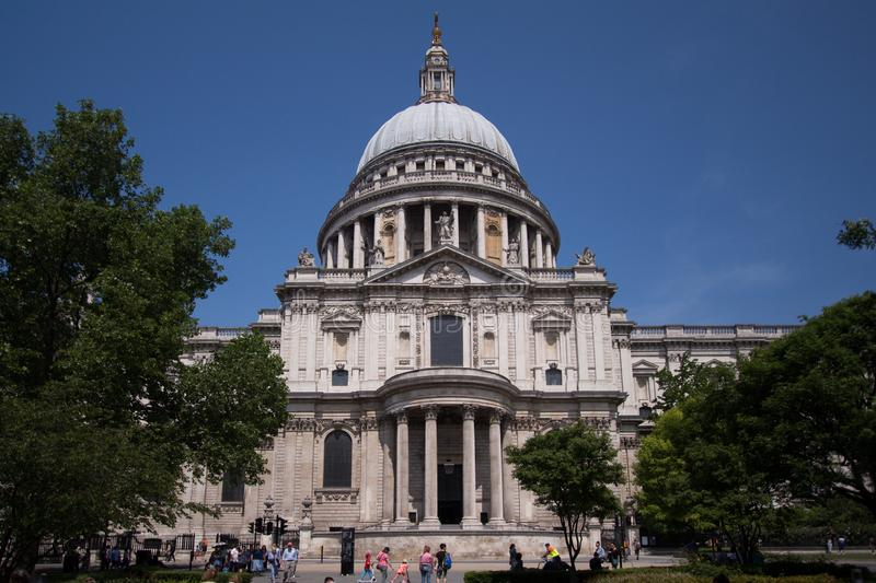 Kupolformigt tak av St Pauls Cathedral, London royaltyfria bilder