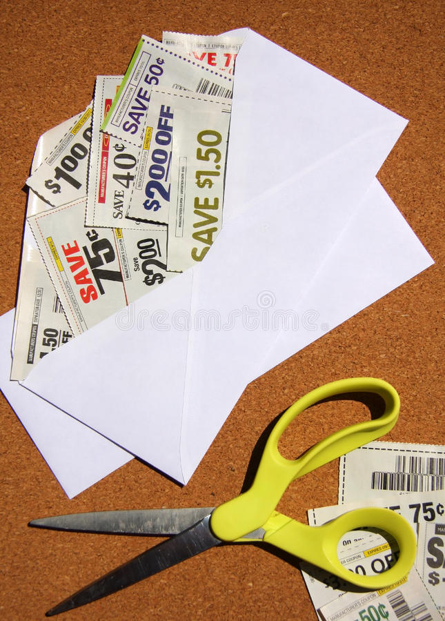 Kuponger som sparar i kuvert royaltyfria foton
