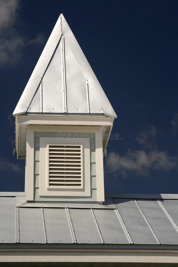 Kuppel auf Zinn-Dach lizenzfreies stockfoto