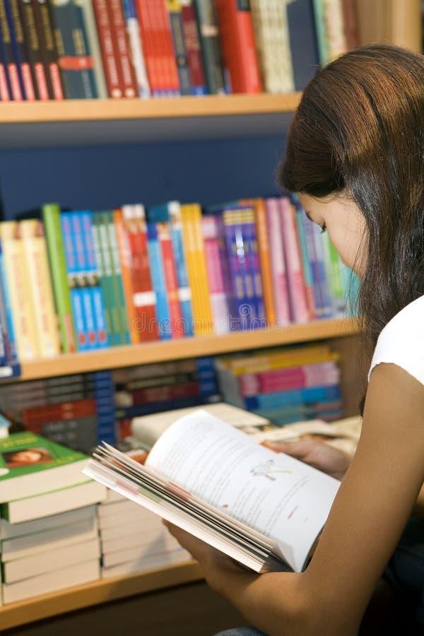 kupują nastoletniego chcą książek zdjęcia stock