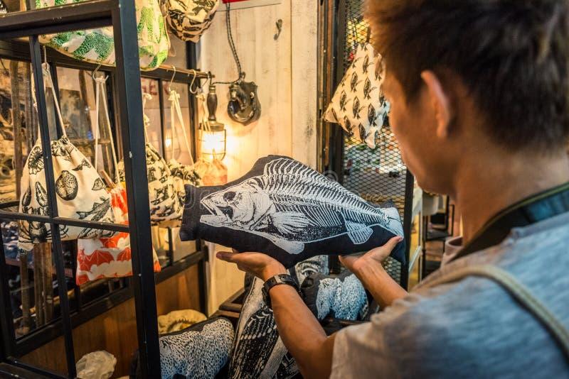 Kupując pamiątkę na targu w Chatuchak Weekend, Bangkok zdjęcia royalty free