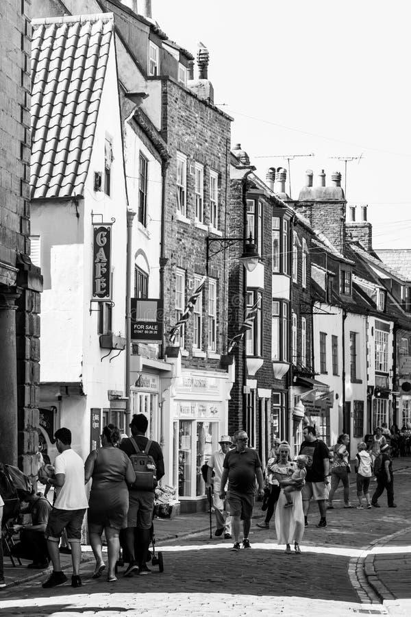 Kupujący i turyści wzdłuż Kościelnej ulicy, Whitby fotografia stock