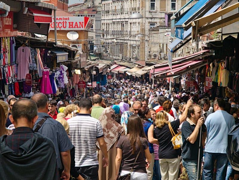 Kupujący i zwiedzający tłum w Stambule obraz stock