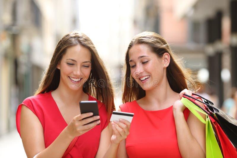 Kupujący kupuje online z kartą kredytową i telefonem komórkowym zdjęcia royalty free