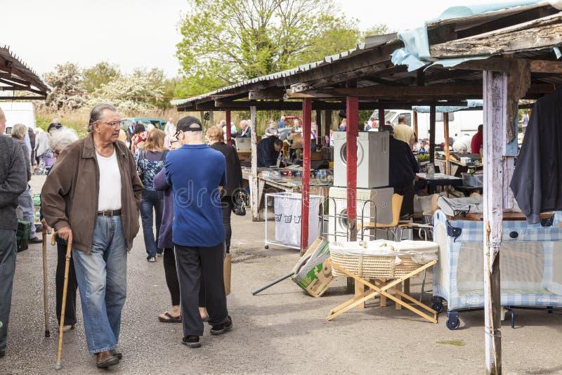 Kupujący przy Prestatyn na wolnym powietrzu carboot i rynku sprzedażami zdjęcie stock