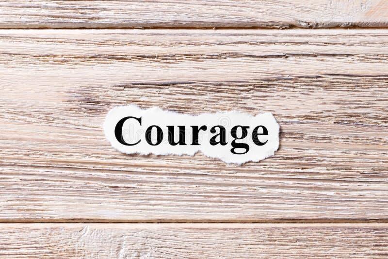 KURAGE av ordet på papper Begrepp Ord av KURAGE på en träbakgrund arkivfoto