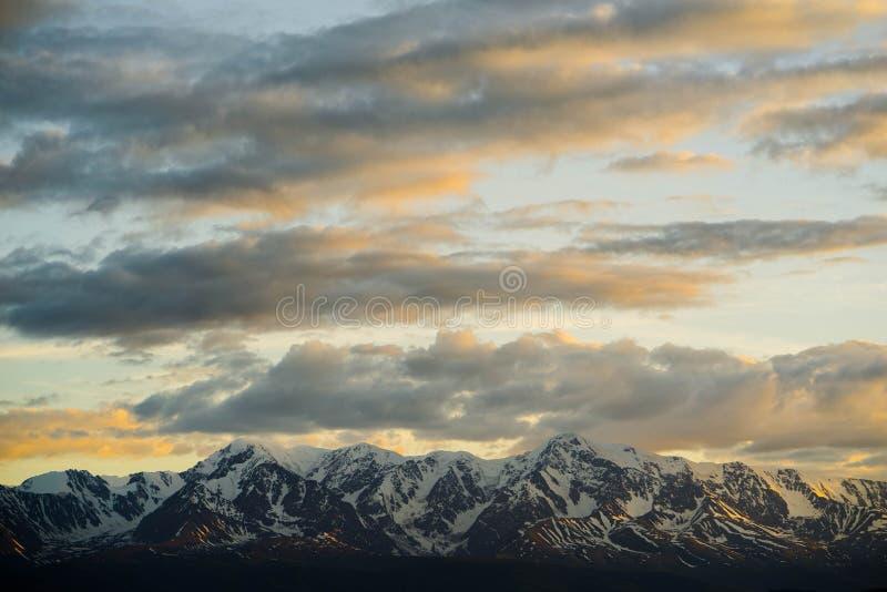 Kurai干草原和北部Chuya土坎在黎明 云彩和山 免版税库存图片