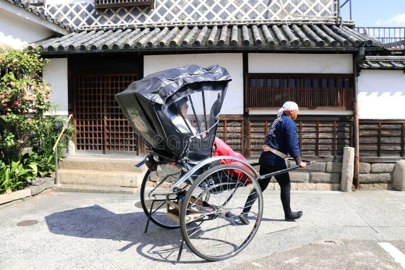 KURASHIKI, GIAPPONE - 31 marzo 2019: Risciò sulla via medievale immagine stock libera da diritti