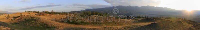 Kuray山脉全景在黎明 免版税库存图片