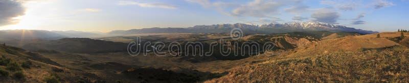 Kuray山脉全景在黎明 库存照片