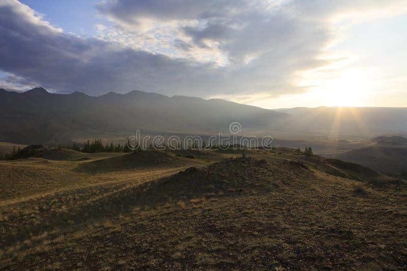 Kuray山脉和干草原在黎明 免版税图库摄影