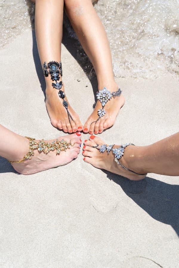 Kurczątko klimaty urlopowy pojęcie Kobieta iść na piechotę z nogi jewellery na tropikalnej białej piasek plaży zdjęcia royalty free
